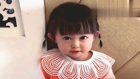 甜甜偷看动画片被发现了,还学会狡辩了,小嘴挺能说!