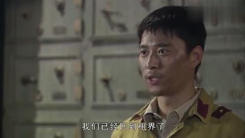 剧中:少爷刚走出地下室,就遇到了老同学,俩人决一死战少爷获胜