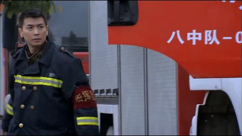 私家车挡住赶着救火的消防车十万火急队长的做法真霸气