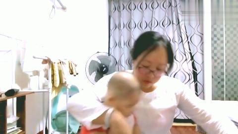 四个多月的宝宝,洗脸不哭也不闹,最大难题就是不会翻身!