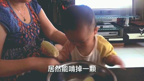虽然只有四课牙,但是能自己动手吃东西,11个月宝宝真的很能干!