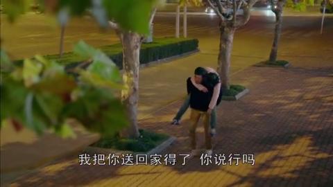 酒店不愿意收女人,她抱着树根睡着了,小伙子抓狂了!