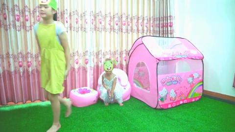 姐姐让小萝莉待在帐篷里,小萝莉在里面吃零食外面又来了一个姐姐