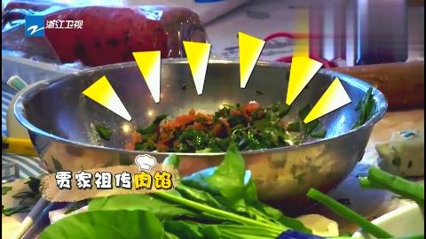 贾乃亮首次给甜馨包饺子,甜馨旁边玩面,做完了甜馨吃的正香!