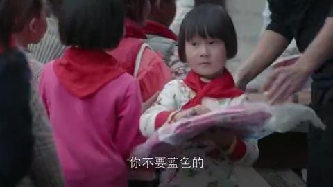 帅哥和女白领到小学捐献礼物,两人跟小朋友嬉戏的情景真美好!