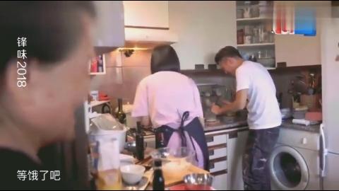 宋茜教学做面疙瘩,谢霆锋佩服她临时改菜,能完整的做完不容易!