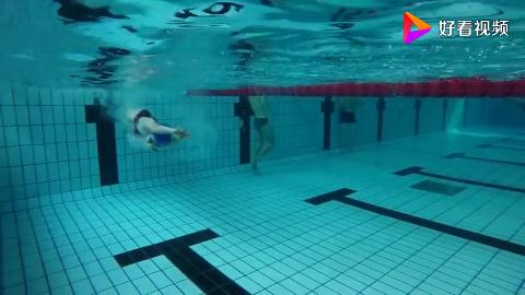 游泳馆新来一个美女教练看到她表演这个转身动作就感觉是高手