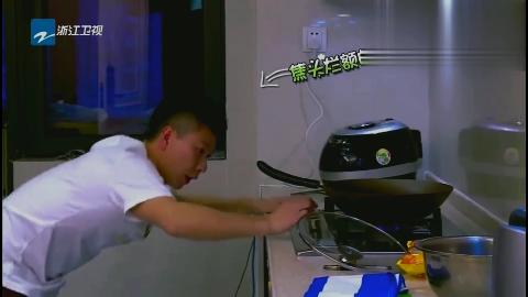 李小鹏做饺子像在打架,奥莉都看不下去了,转身关门离开!