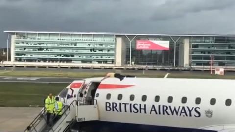 英国一男子爬上飞机趴在机身顶部进行抗议致航班延误