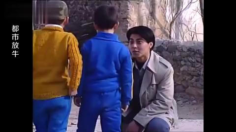 农村小孩没见过汽车竟然往汽车上撒尿这时候司机出现了