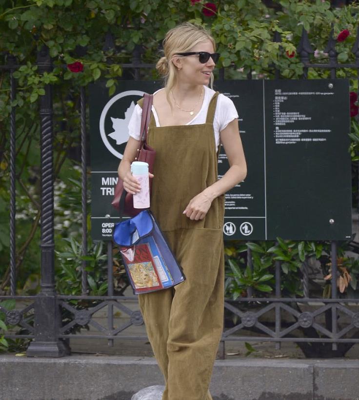 西耶娜·米勒纽约街拍,背带裤搭配白t凉鞋,层次丰富显率性时尚