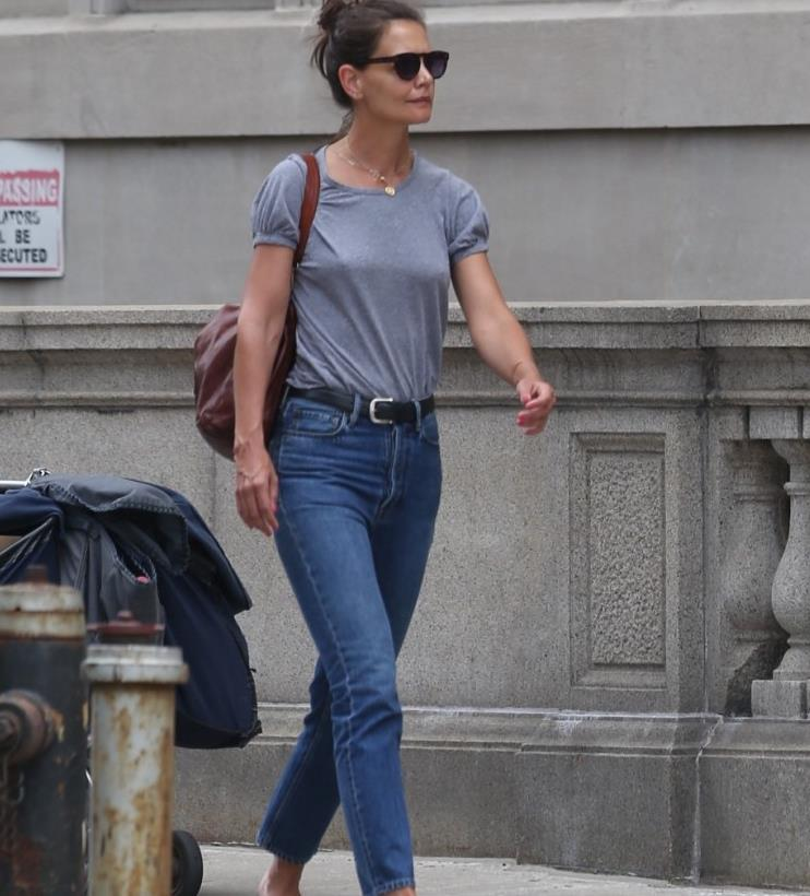 40岁女星凯蒂·霍尔姆斯街拍,灰色T恤+深色牛仔裤,休闲显年轻