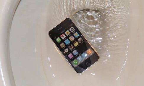 手机进水作死你就用吹风机,这样做2分钟就能开机!省下几千块