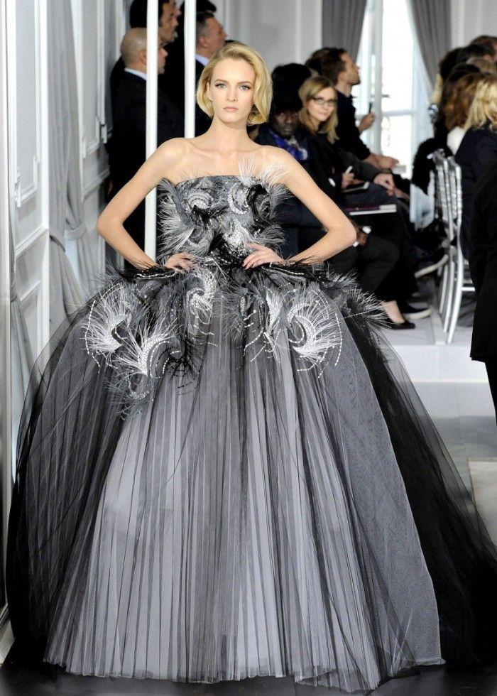 时装秀:国际女模特潮流走秀,穿搭风格清秀明丽,造型极具时尚感