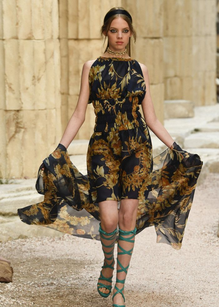 时装秀:魅力造型穿出时尚气质,国际模特展现潮流新风尚