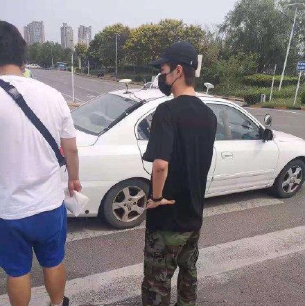 网友偶遇王一博今日去考科目四二轮修炼成功后终于对四轮下手惹