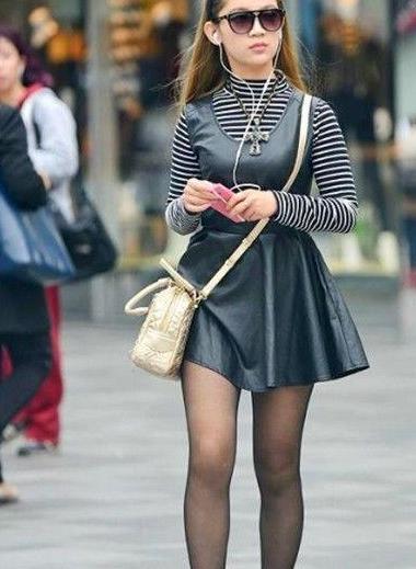 街拍:美女一字肩连衣裙显瘦搭配,甜美优雅仙气儿十足