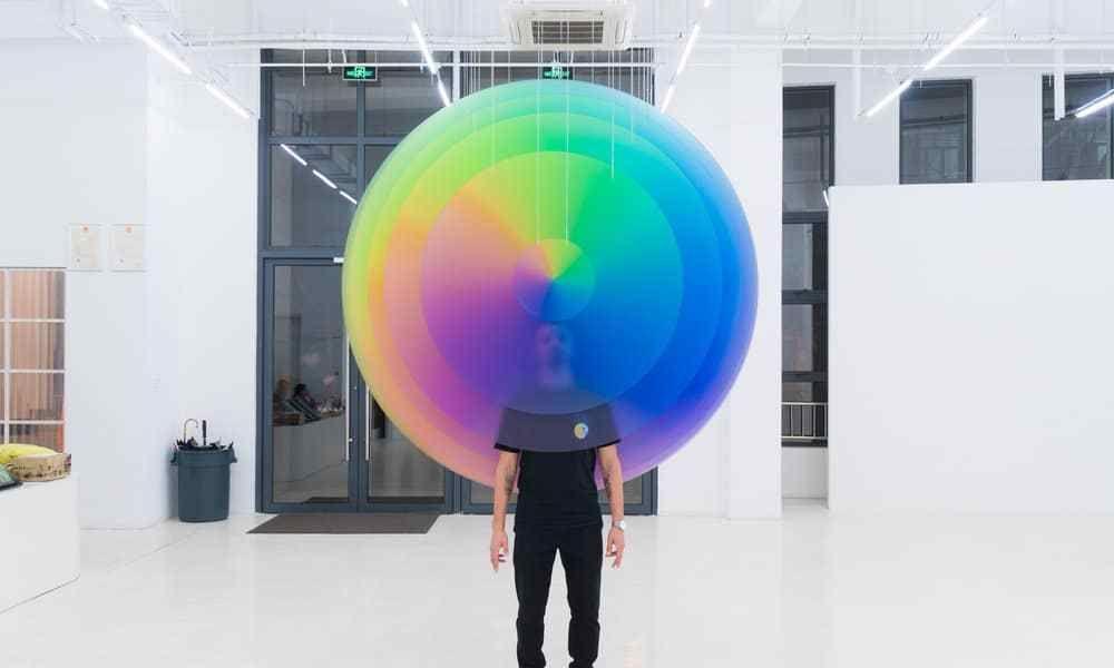 """艺术家创造了一个像素空间,展品仿佛""""凭空出现""""在展厅里"""