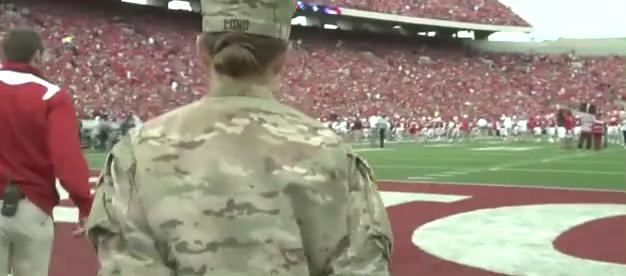 陆军上尉为了给女儿一个惊喜,回家观看女儿在威斯康星州足球赛