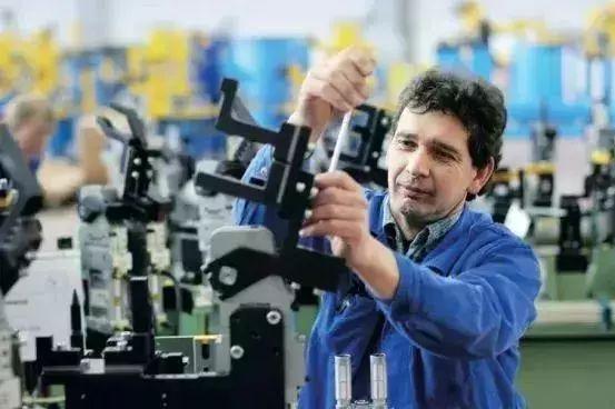 为什么德国工人拧螺栓拧三圈回半圈?