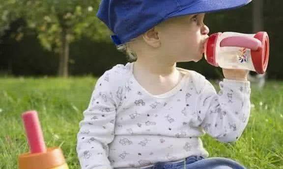 """儿科医生:3种白开水别给孩子喝,满满全是""""细菌"""",父母别大意"""