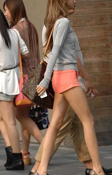 路人街拍:瘦成闪电的高挑美女,好身材堪比超模啊!
