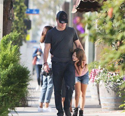 马特·达蒙与女儿现身街头,一路与女儿打闹,画面温馨