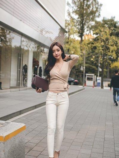 路人街拍:简约休闲的装扮小姐姐也能穿出时尚感,魅力满满!