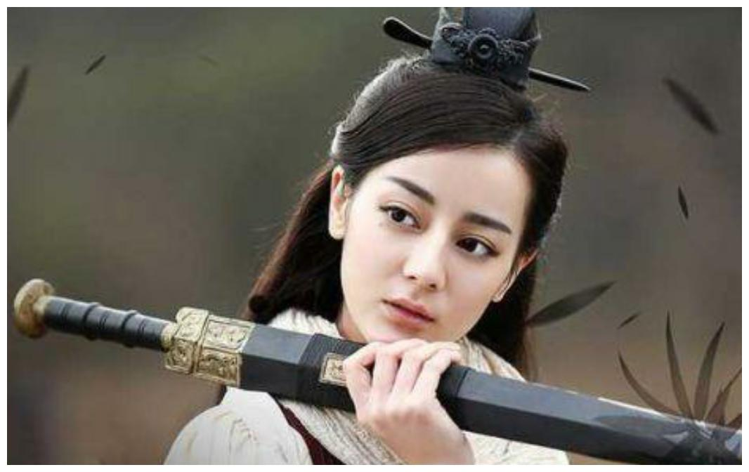 女星拿剑的动作,热巴霸气,赵丽颖呆萌,真怕最后一位会摔倒