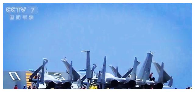 中国航母编队公开新画面,多架歼15战机大洋放飞,场面很震撼