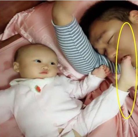 宝宝为了叫醒熟睡的爸爸,不顾自己的淑女形象,宝宝:给个面子吧