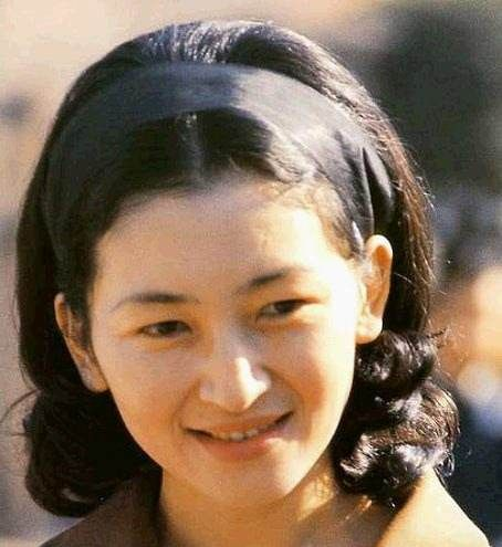 美智子年轻时的盛世美颜,比奶茶妹妹还清纯,老年也美得优雅