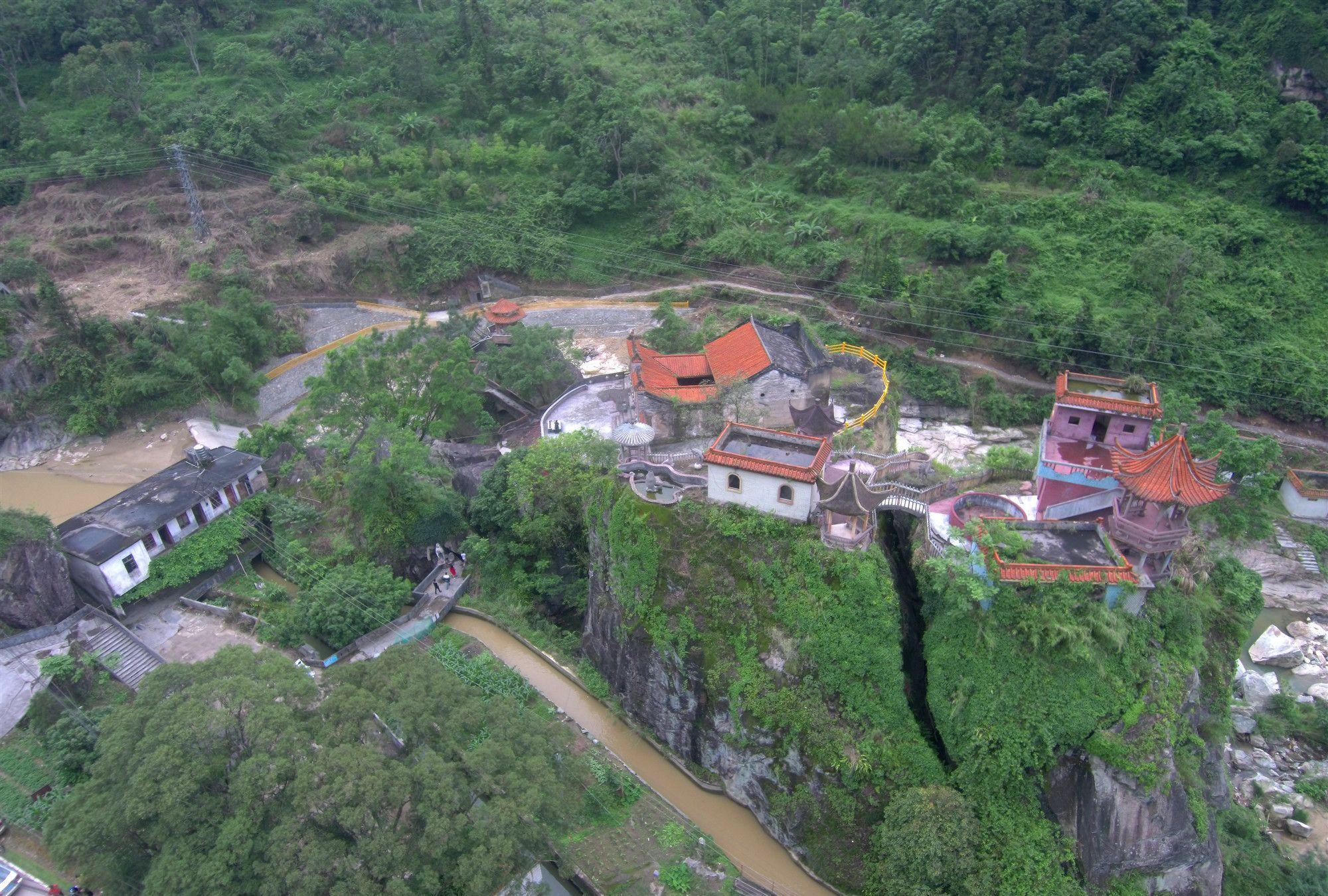 广东信宜一座耸山上古庙,用无人机去探索,雄伟壮观