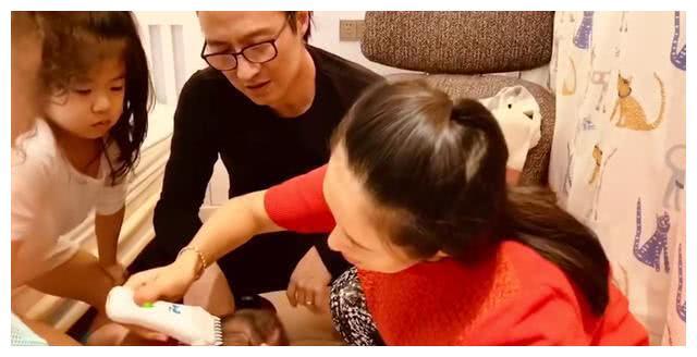 章子怡产后出镜给儿子剃头 粉丝的重点却是她的发际线