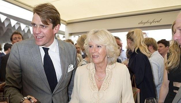 难怪71岁卡米拉越来越年轻!戴粉丝巾和查尔斯对视简直是初恋笑容