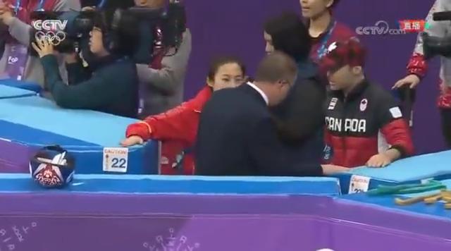 冬奥会短道速滑接力,再次出现争议判罚,李琰愤怒的找裁判理论!