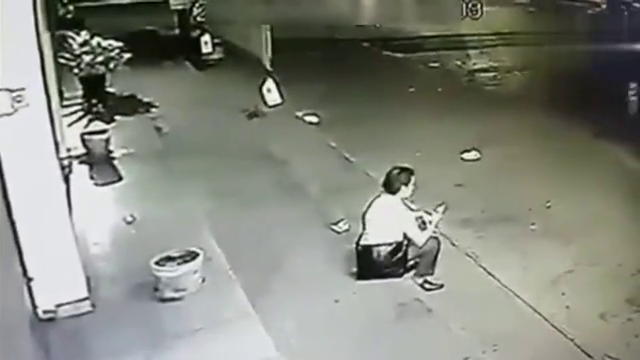 灵异事件:小伙深夜坐在台阶上等女友,监控突然拍下可怕的一幕