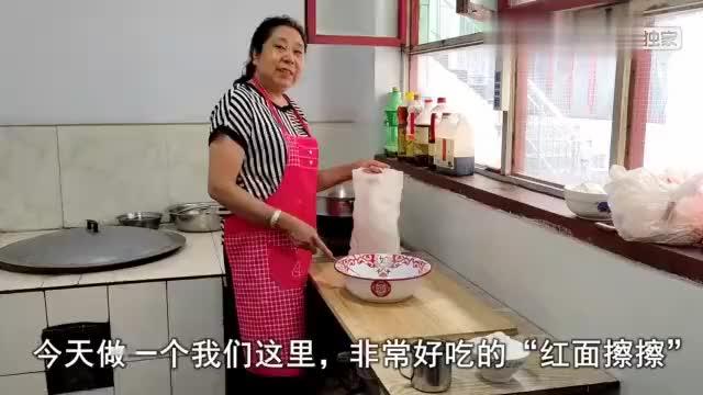 山西面食传统的做法,妈妈用一坨面一把擦,面团瞬间变面条