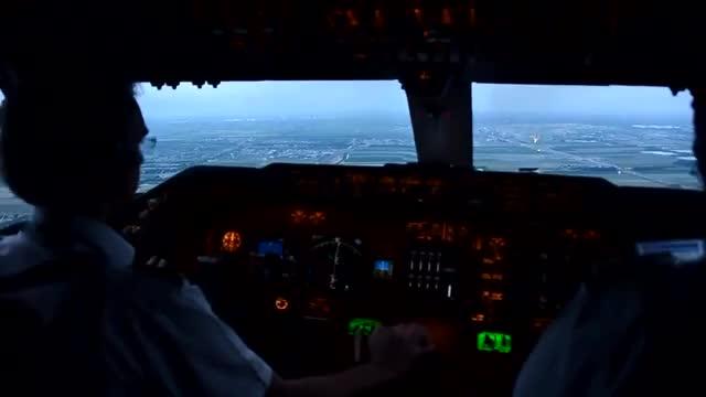 客机飞行员在驾驶室拍摄的飞机降落过程