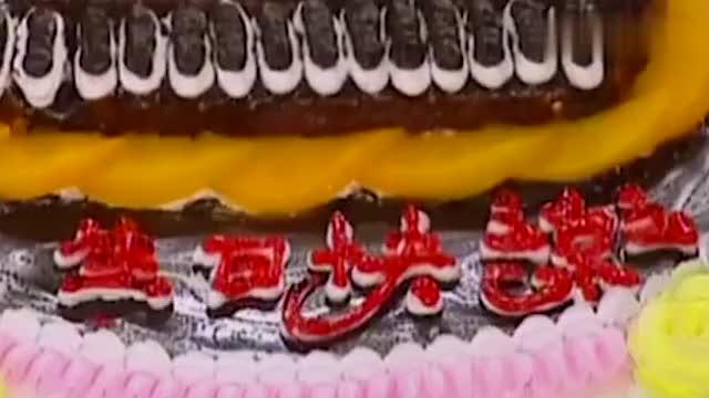 如萍过生日,尓豪定了冠生园的蛋糕,杜飞书桓都来帮她庆祝
