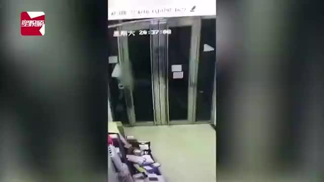 辣眼睛!小区电梯间内,长发美女3次被男子猥亵