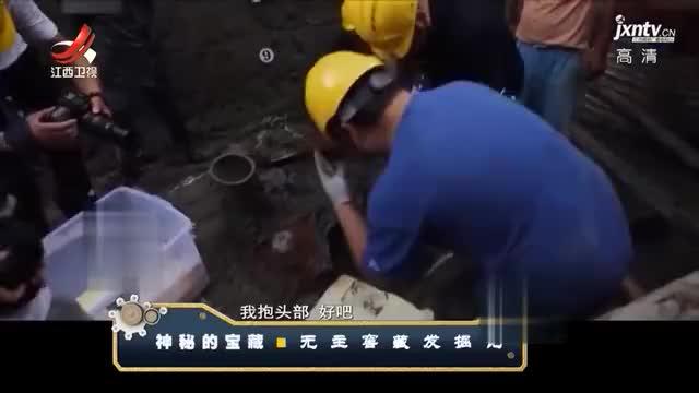 工人施工发现窖藏坑,里面竟有一大罐钱币,其主人家境殷实