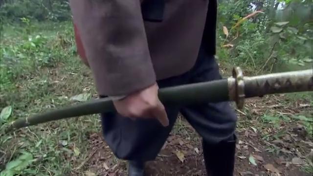 日军大尉手枪没子弹,干脆拔出军刀,妄想和女猎手拼白刃战