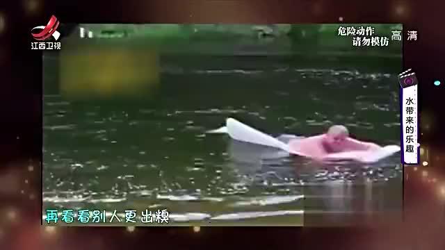 她本想帅气划水谁料距离太近直接摔了个狗啃泥笑哭众人