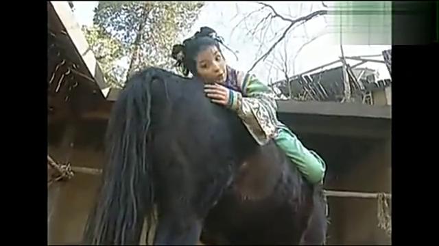 小燕子骑马拔毛,差点被马甩飞,幸好箫剑及时相救