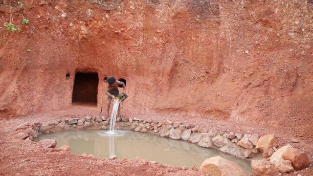 原始技术,山坡下挖个洞,用来遮风挡雨!