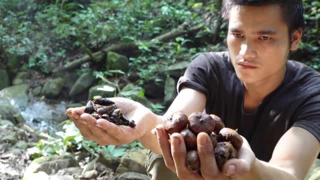 小哥丛林生存,他每天的主要任务就是寻找食物,想办法填饱肚子!