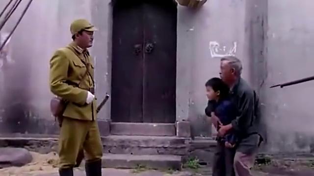 日军士兵在街上欺负老人和小孩,被国军高手完虐,太解气