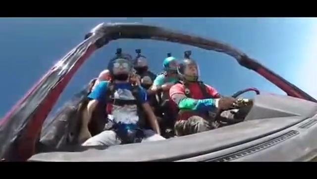 惊险刺激的极致体验牛人在飞机上开车跳伞