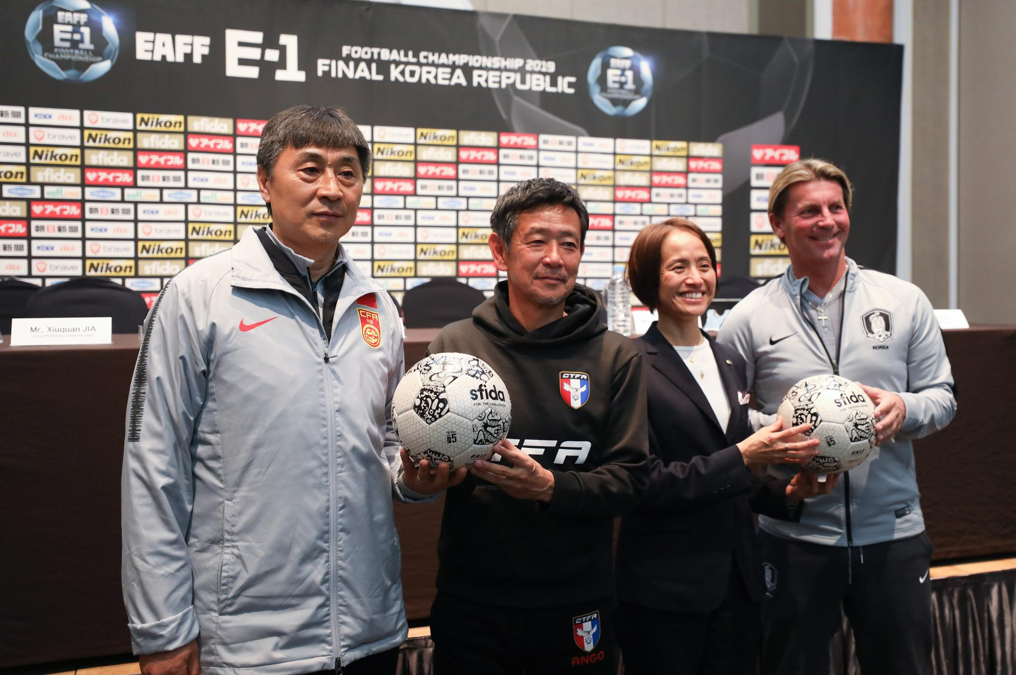 足球——东亚杯:女足主教练共同出席新闻发布会